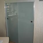 rzdvizhnye-dveri-is-stekla-sevastopol